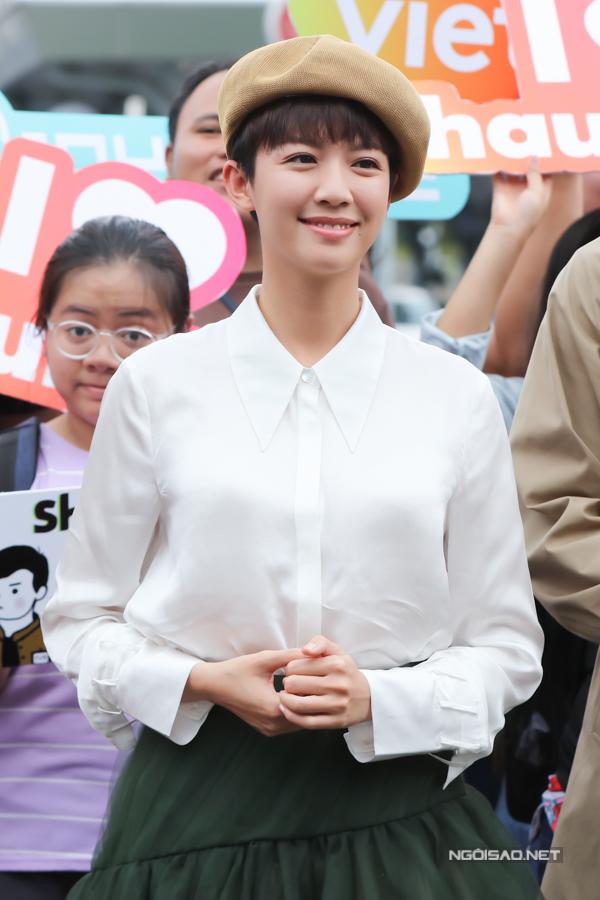 Nữ diễn viên xuất hiện với trang phục giản dị. Sáng nay, cô đăng tải hình ảnh tại sân bay Hong Kong, bày tỏ tinh thần hào hứng trước chuyến bay tới Việt Nam.