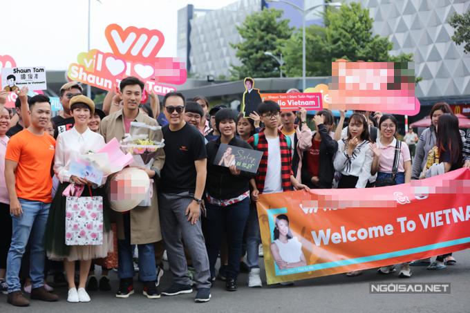 Thái Tư Bối và Đàm Tuấn Ngạn chụp hình cùng các fan tại sân bay.