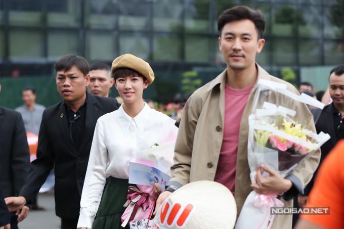 Nhận lời mời của một nhãn hàng, Á hậu Hong Kong 2013 Thái Tư Bối (giữa) cùng diễn viên Đàm Tuấn Ngạn (phải) tới Việt Nam hôm nay. Họ lưu lại trong ba ngày, tham gia một số hoạt động giao lưu cùng người hâm mộ.