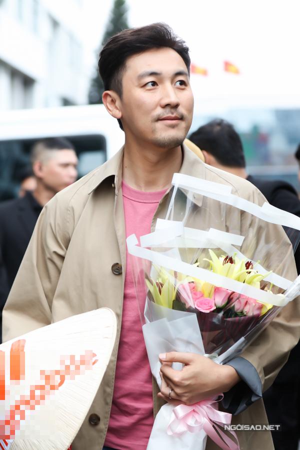 Đàm Tuấn Ngạn 39 tuổi, trải qua nhiều năm lận đận khi đóng phim ở Trung Quốc, do không vượt qua được cái bóng quá lớn của cha là ngôi sao điện ảnh Hong Kong Địch Long. Anh gia nhập TVB năm 2016, từng đóng chính phim Thiên mệnh, Đặc kỹ nhân và vừa hoàn thành phim Bằng chứng thép 4.