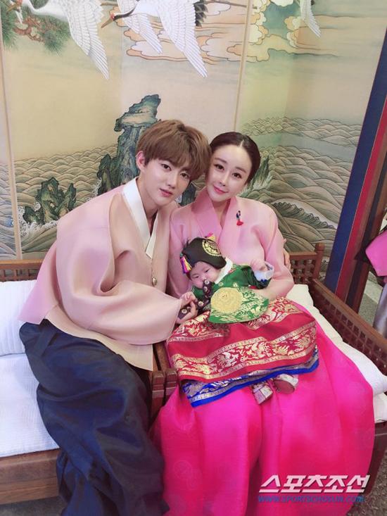 Diễn viên Ham So Won và ông xã người Trung Quốc Jin Hwa gần đây mở tiệc kỷ niệm 100 ngày của con gái Hye Jung. Cô bé được bố mẹ mặc trang phục truyền thống của cả Hàn Quốc và Trung Quốc, trông rất kháu khỉnh, đáng yeu.