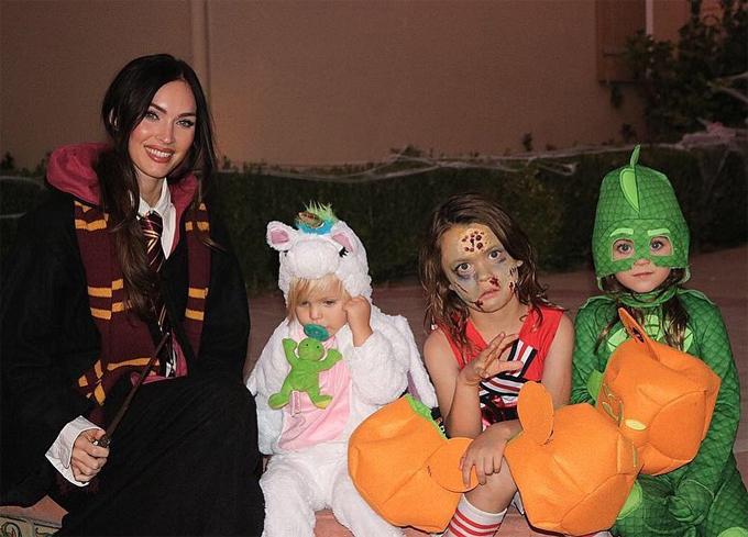 Megan Fox bên ba quý tử nghịch ngợm trong lễ Halloween năm 2018.