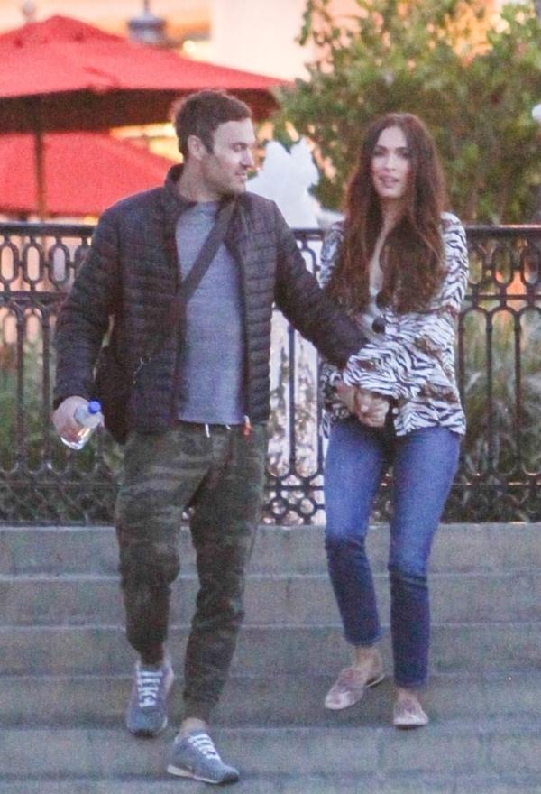 Vợ chồng Megan Fox tình cảm nắm tay đi dạo ở Los Angeles hôm thứ ba. Megan và nam diễn viên Brian Austin Green ăn mặc giản dị như những người bình thường trên phố.