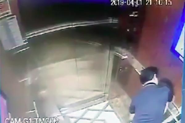 Người có hành vi sàm sỡ bé gái trong thang máy được xác định là ông Nguyễn Hữu Linh - nguyên Viện phó Viện kiểm sát nhân dân thành phố Đà Nẵng. Ảnh: Cắt từ Camera an ninh.