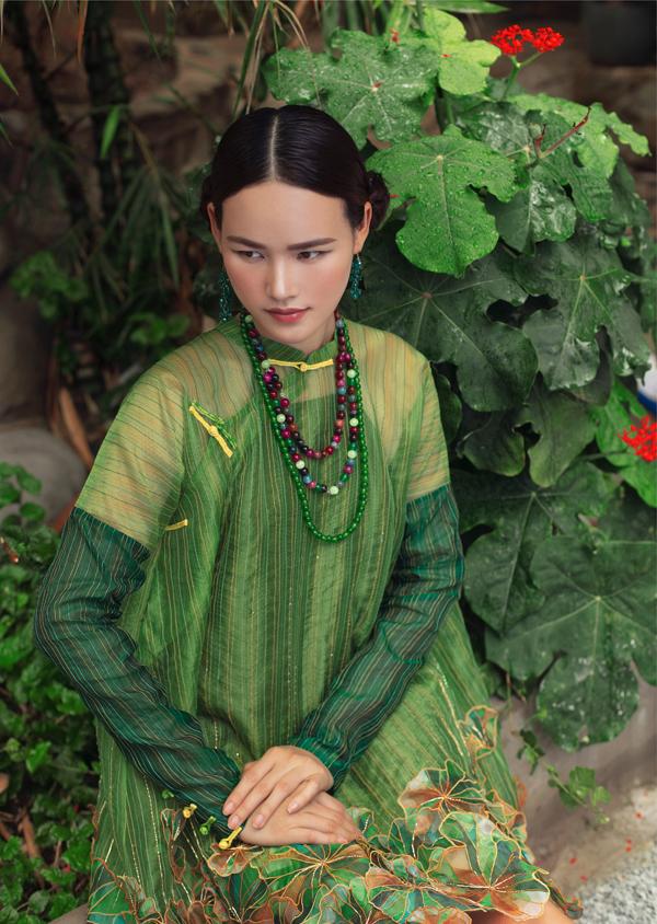 Tuyết Lan thích các thiết kế áo dài cách điệu với phom dáng rộng rãi, tạo cảm giác thoải mái cho người mặc. Phụ kiện vòng cổ, bông tai được phối hợp hài hòa tôn vẻ đẹp của trang phục.