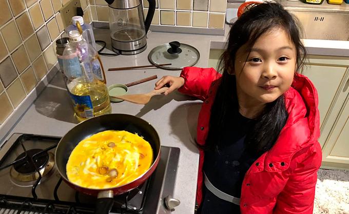 Tiểu Panda học nấu nướng bắt đầu từ các món cơ bản với trứng, cà chua, rau luộc...