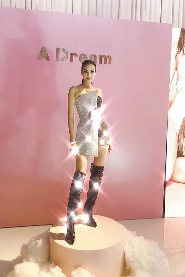 Phạm Hương diện váy của nhà thiết kế Chung Thanh Phong, dự một sự kiện tại Los Angeles, Mỹ tối 4/4 (giờ địa phương). Thiết kế tôn lên vóc dáng thon gọn, quyến rũ của Hoa hậu Hoàn vũ Việt Nam sau tin đồn cô bí mật sang Mỹ sinh con cho bạn trai đại gia.