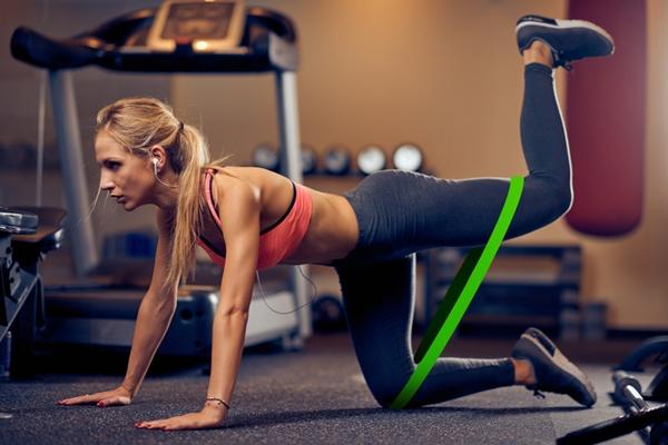 Động tác đá chân sau với dây đàn hồiLồng dây đàn hồi vào đầu gối một bên và giữa đùi chân còn lại. Thực hiện động tác đá sau 10 lần rồi đổi bên.