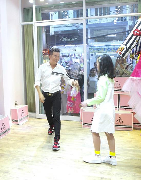 Ông hoàng nhạc Việt ăn mạc giản dị với sơ mi trắng, jeans đen và giầy sneaker đế khủng khi đến tham dự chương trình.