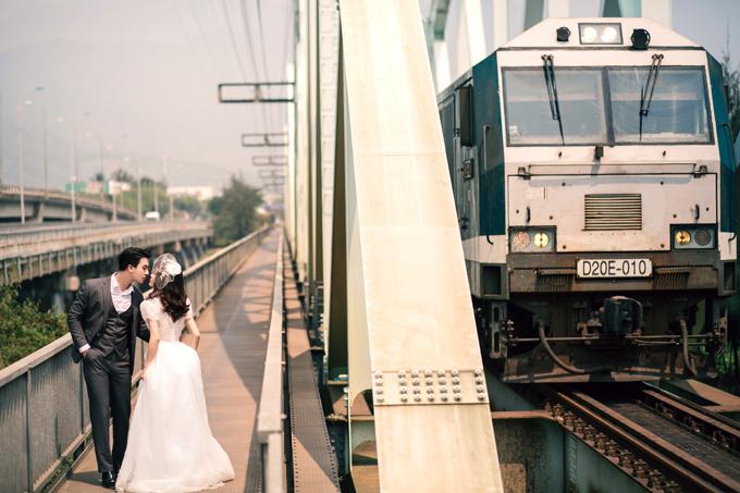 1. Nhà ga Kim LiênPhong cách cổ điển những năm 1975 đượctái hiện trong những tấm hình cưới. Nhà ga cổ kính, có những đoàn tàu hỏa nhuốm chút màu thời gian sẽ tạo nên chất riêng cho bộ hình.