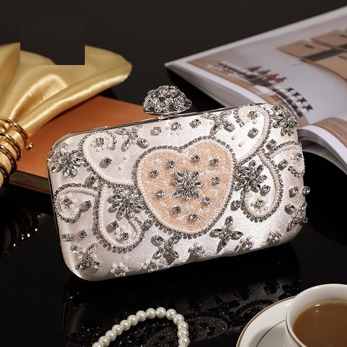Clutch đính hạtlấp lánh hoặc có chất liệu metallic nên kết hợp cùng trang phục đơn sắc.