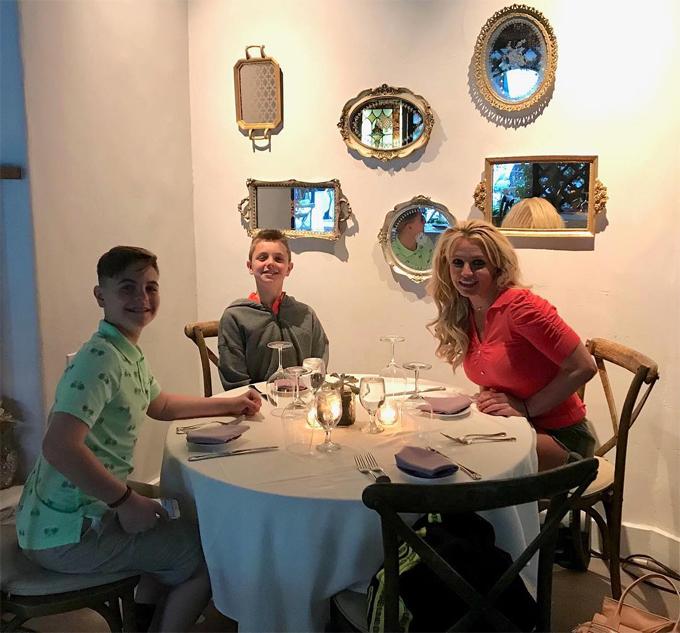 Britney bên hai con trai.