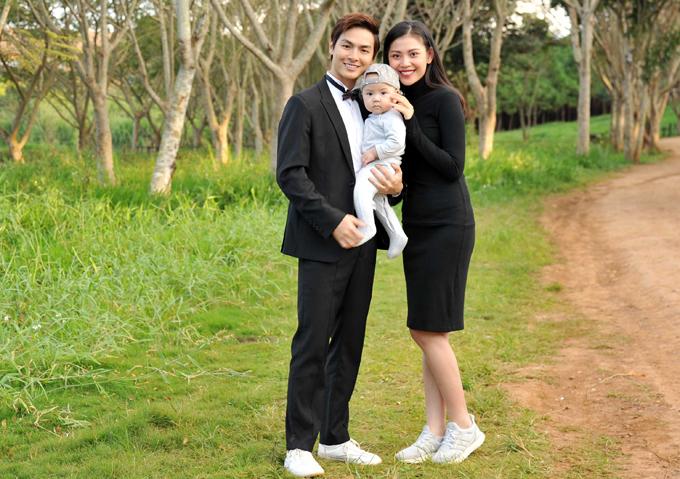 Jay Quân mớicó buổi chụp ảnh cưới để minh họa cho MV Khi anh quay đi -nhạc phim Lật mặt: Nhà có khách. Chúng Huyền Thanh tỏ ra thích thú khi có dịp chứng kiến chồng diễn tình tứ với cô gái khác.