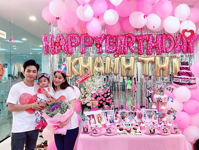 Vợ chồng Khánh Thi - Phan Hiển và con gái mặc đồ ton-sur-ton pose hình trong tiệc sinh nhật ngập sắc hồng của Khánh Thi.