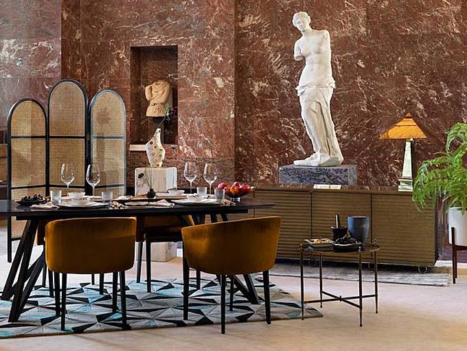 Vị khách thưởng thức bữa tối dưới chân tượng Venus de Milo.