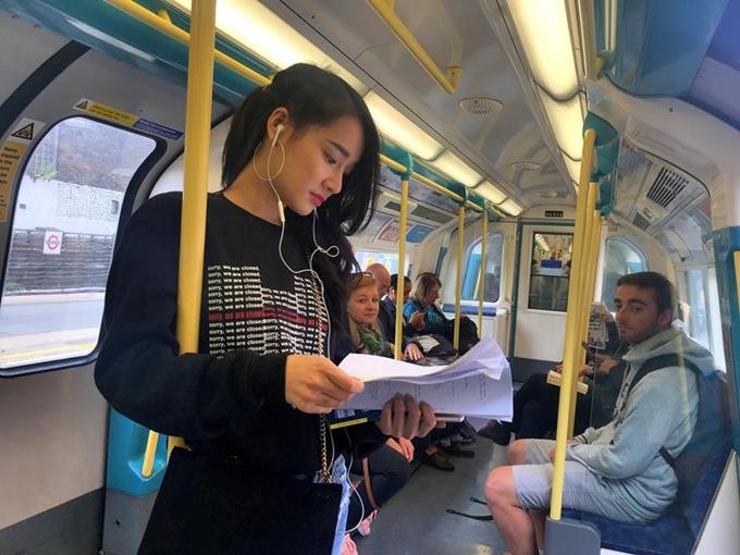 Nhã Phương tranh thủ đọc kịch bản trên tàu điện ở Anh.