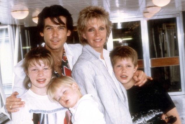Sean thuở bé (đứng giữa) là con chung duy nhất của Pierce Brosnan với người vợ đầu tiên - nữ diễn viên Cassandra Harris. Cassandra có hai con riêng Charlotte (bên trái) và Christopher (bên phải) với người chồng đầu.