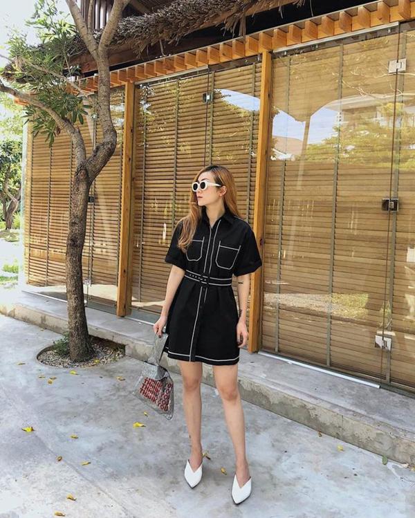 Mắt kính và giày mũi nhọn ton-sur-ton được Yến Nhi phối cùng mẫu váy đen trang trí đường viền tông màu tương phản.