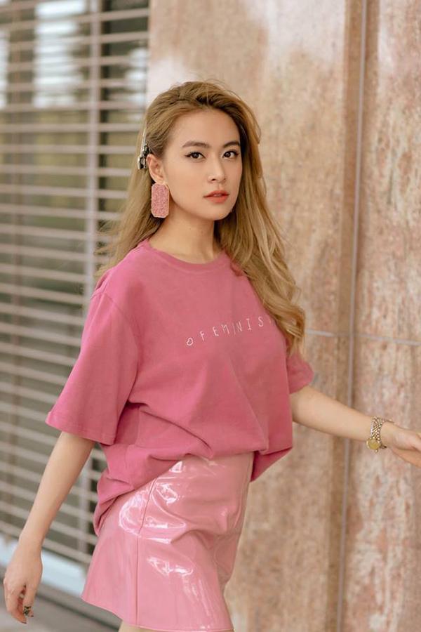 Hoàng Thuỳ Linh với hình ảnh ngọt ngào cùng sắc hồng từ áo thun, chân váy giả da bóng cho đến hoa tai.