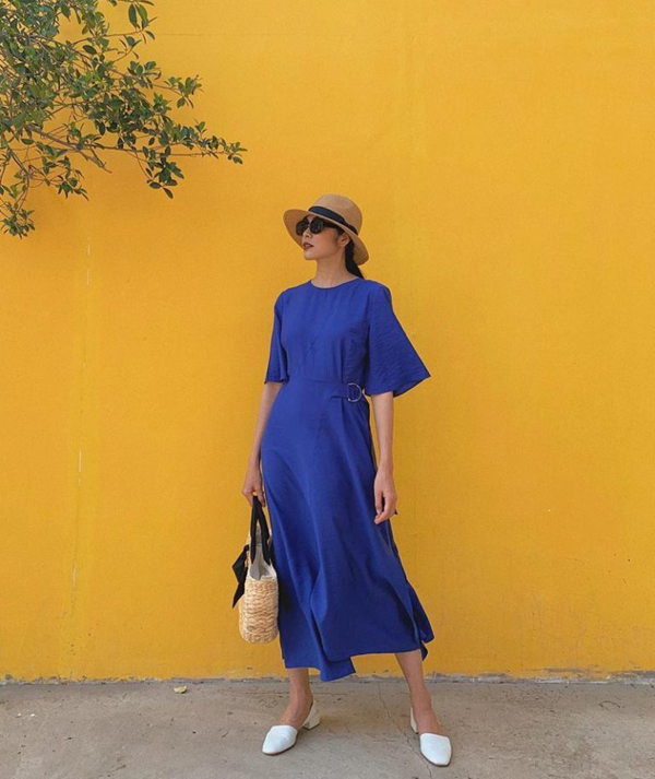 Tăng Thanh Hà lăng xê mốt váy maxi phom dáng rộng đi kèm đai lưng vải nhẹ nhàng. Đây là xu hướng được phái đẹp ưa chuộng ở mùa hè 2018/2019.