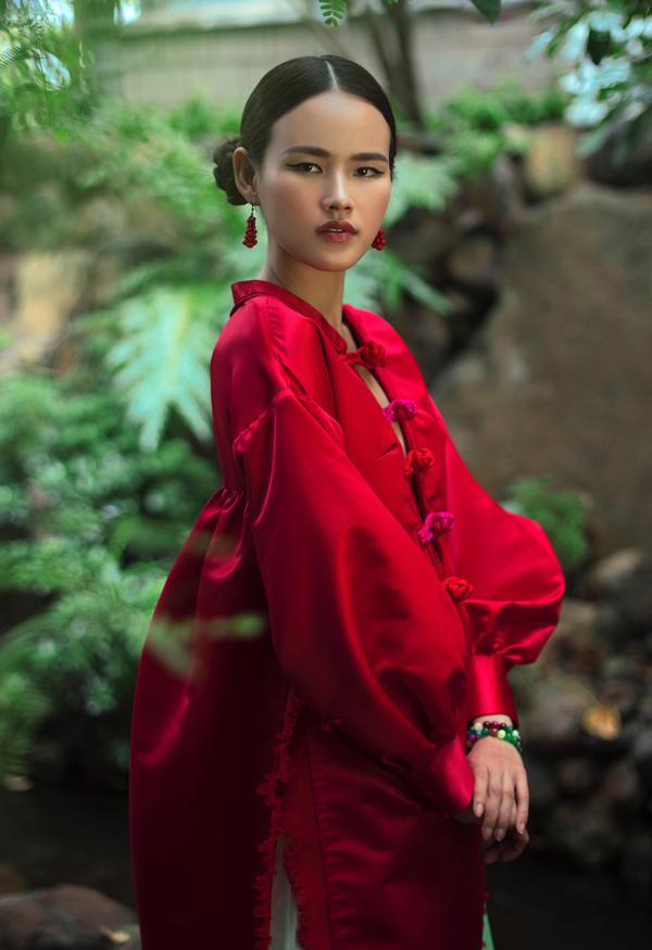 [Caption] Sau khoảng thời gian tập trung sáng tạo và mang chiếc áo dài về lại với đời sống thường nhật, nhà thiết kế Thuỷ Nguyễn chính thức trở lại với