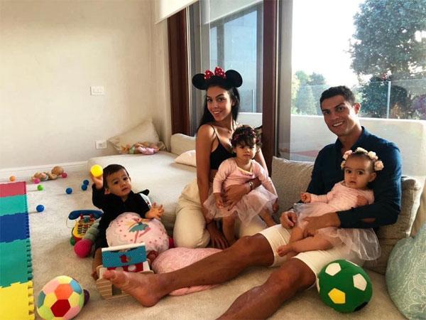 Người đẹp 25 tuổi vui vẻ chăm sóc cô nhóc Alana và các con riêng của C. Ronaldo