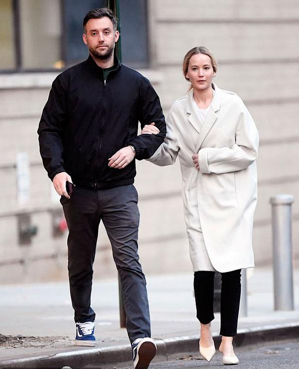 Jennifer Lawrence và vị hôn phu Cooke Maroney tay trong tay tản bộ ở Manhattan, New York hôm thứ 6.