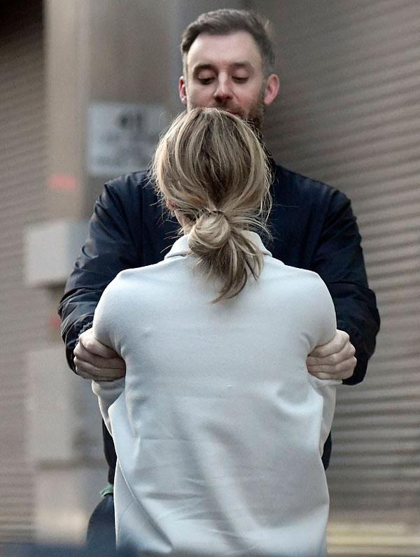 Sau nhiều mối tình không thành với các sao nam nổi tiếng, ngôi sao The Hunger Games tìm thấy cuộc sống bình yên và hạnh phúc hơn với một chàng trai ngoài ngành giải trí. Trước đây cô đã hẹn hò đồng nghiệp X-Men Nicholas Hoult, đạo diễn Darren Aronofsky và ca sĩ Chris Martin của nhóm Coldplay.