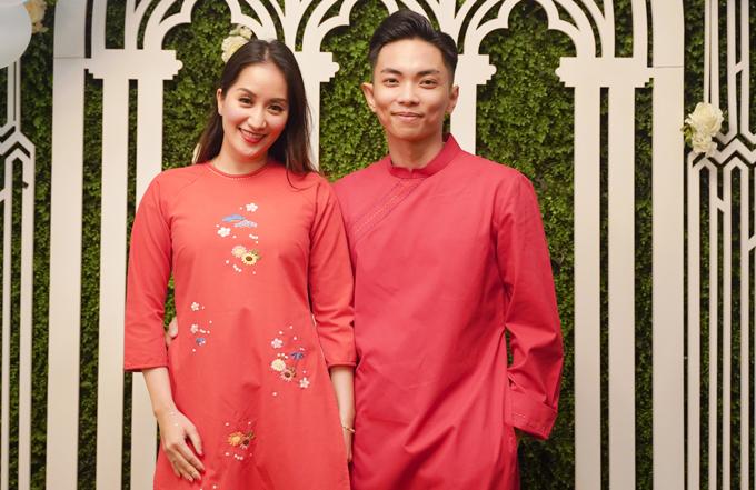 Vợ chồng Khánh Thi - Phan Hiển mặc áo dài ton sur tondự tiệc chào đón các trọng tài của giải khiêu vũCK Open International Dancesport Championships 2019 vào tối qua. Cặp đôi nhờ gia đình trông nom hai con Kubi và Anna để ra Hà Nội công tác.