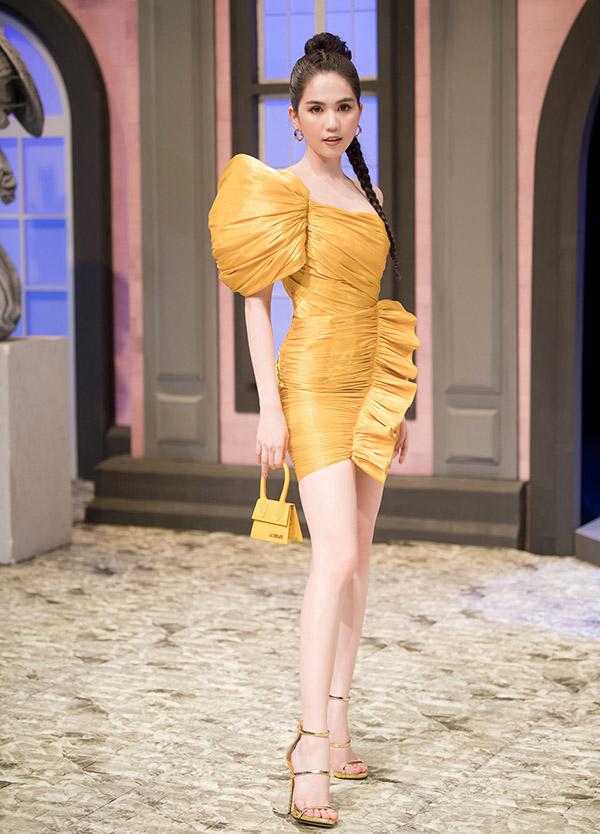 Ngọc Trinh là khách mời trong một sự kiện thời trang. Cô khéo kết hợp trang phục và phụ kiện ton-sur-ton hài hòa, tôn thế mạnh hình thể.