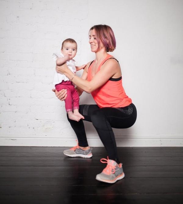 Squats Giữ em bé trong vòng tay trước mặt bạn. Dang rộng chân bằng vai. Từ từ hạ người xuống thấp ở tư thế ngồi, cố gắng hạ càng thấp càng tốt, trụ vững đầu gối và khuỷu chân. Tiếp theo từ từ trở về vị trí ban đầu.