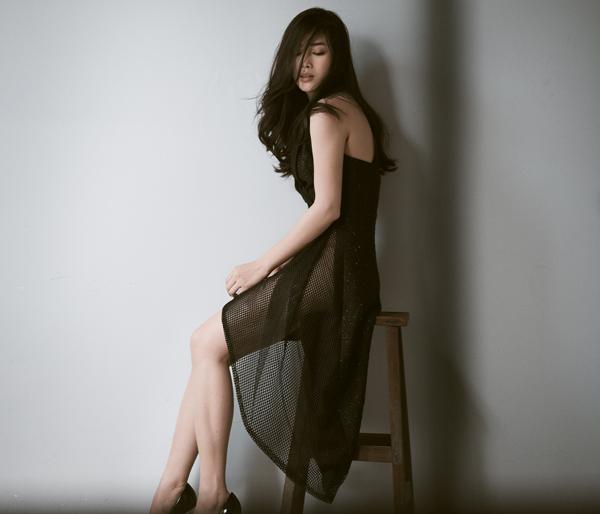 Song song với cách sử dụng vải lưới, nhà mốt còn áp dụng những đường cut-out để mang đến các mẫu váy phù hợp với bạn gái yêu phong cách gợi cảm.