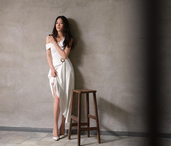Bộ ảnh được thực hiện với sự hỗ trợ của nhiếp ảnh Antonio Dinh, trang điểm Hoàng Hiển.