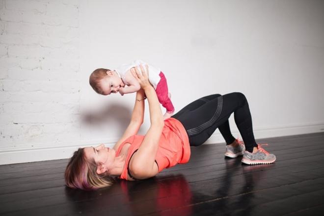 Nâng cao hông Nằm ngửa trên sàn, hai tay ôm em bé đưa thẳng trước mặt, đầu gối gập. Nâng hông cao 10 lần.