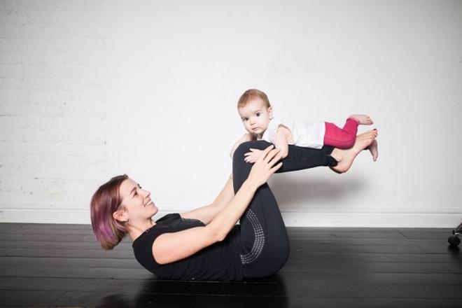 Gập bụng Nằm ngửa trên sàn, đầu gối gập, đặt em bé lên cẳng chân, hai tay giữ chặt. Nâng cao chân tạo góc vuông 10 lần.