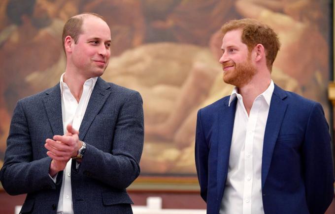 William và Harry từng rất thân thiết và vui vẻ trước khi Harry kết hôn với Meghan. Ảnh: Reuters.