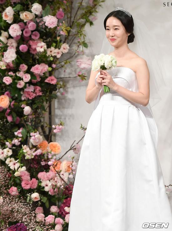 Diễn viên, ca sĩ Lee Jung Hyun tổ chức hôn lễhôm 7/4 tại khách sạn Shilla, Seoul. Trước giờ làm lễ cưới, cô gặp gỡ báo chí, tuy nhiên không giới thiệu ông xã. Một nguồn tin cho hay, chồng cô không làm việc trong lĩnh vực giải trí. Lee Jung Hyunhoạt động trong làng giải trí đã nhiều năm, vì thế, bạn bè dự lễ cưới của cô khá đông đảo.