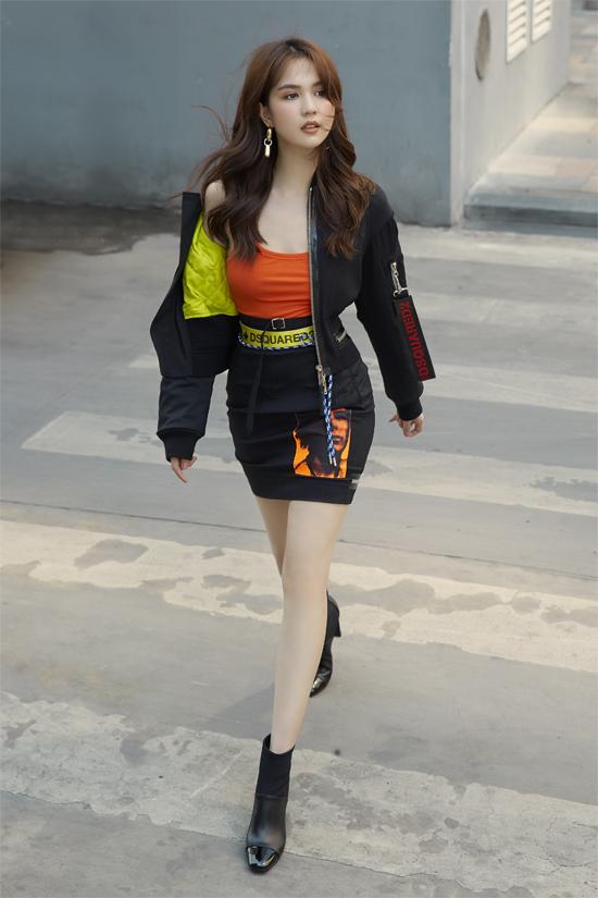 Ngoài cách sử dụng túi hiệu hợp lý, cách chọn sắc màu và kiểu dáng trang phục cũng giúp Ngọc Trinh thể hiện tài bắt trend một cách cuốn hút. Màu neon, sắc cam nóng bỏng, xu hướng ánh kim, blazer cỡ khủng đều được áp dụng một cách hiệu quả.