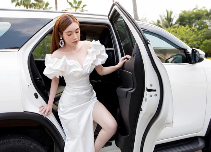 Chiều ngày 7/4, Elly Trần được đưa đón bằng ô tô khi tham giasự kiện của một nhãn hàng mà cô làm gương mặt đại diện tại Đà Nẵng. Gái hai con diện váy xẻ cao quá đùi nên rất cẩn trọng khi bước xuống xế hộp.