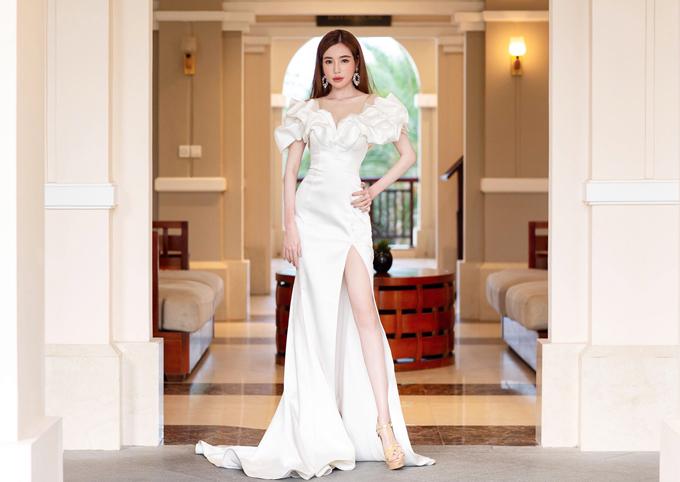 Không cần khoe lợi thế vòng 1, Elly Trần vẫn sexy nhờ cách lựa chọn trang phục với những khoảng hở hút mắt.