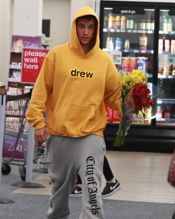 Justin Bieber vào siêu thị mua hoa tặng vợ - 2