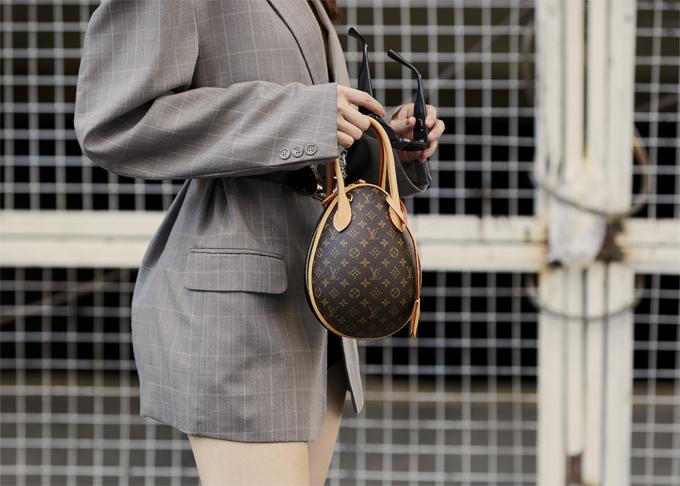 Ngọc Trinh tậu về loạt túi xách tay dáng xinh xắn của thương hiệu Louis Vuitton để thỏa sức phối đồ dạo phố.