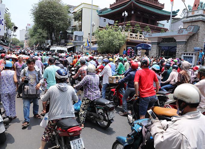 Người hâm mộ tập trung đông nghịt trước cổng chùa Ấn Quang, quận 10, TP HCM để chờ thi hài nghệ sĩ Anh Vũ được đưa về đây.
