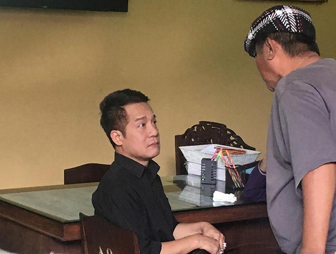 Nghệ sĩ Minh Nhí - đồng nghiệp thân thiết của Anh Vũ đến chùa từ sớmđể đón bạn trở về.