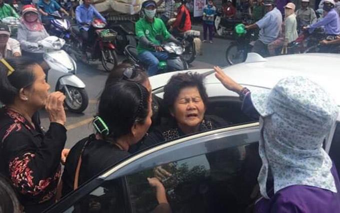 Bà Trương Thị Thu - mẹ Anh Vũ sức khỏe yếu nhiều lần suýt ngất khi đến chùa nhận thi hài của con trai.