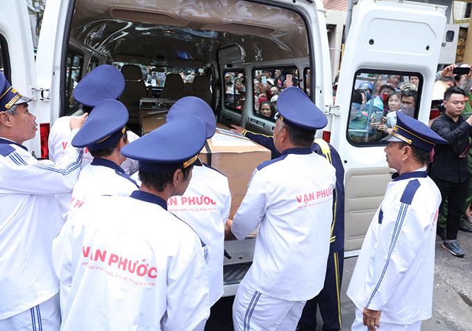Khoảng hơn 11h trưa, xe chở linh cữu của Anh Vũ về tới chùa Ấn Quang. Các nhân viên của cơ sở mai táng nhanh chóng đưa quan tài vào trong để chuẩn bị các thủ tục cần thiết trước khi đón khách tới viếng.