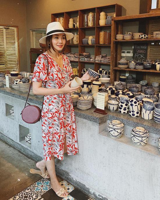 Ở mùa xuân hè 2019, Thanh Hằng cũng chọn nhiều mẫu váy in hoa để tô điểm cho phong cách thời trang dạo phố của mình.