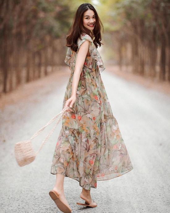 Rũ bỏ hình ảnh cá tính, thanh lịch cùng các kiểu vest, suits theo phong cách menswear, chị đại The Face thể hiện vẻ dịu dàng cùng các mẫu váy mùa hè.