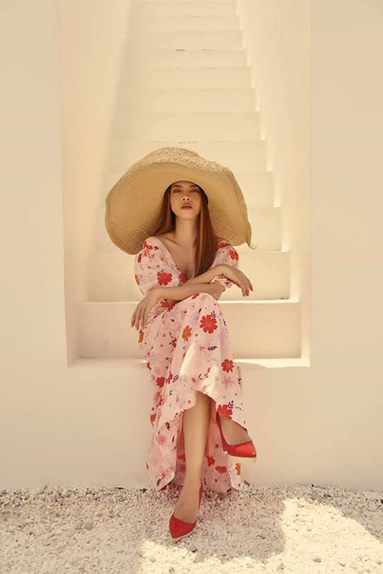 Nổi bật ở xu hướng thời trang hè năm nay là các kiểu váy liền thân dáng dài, in hoa đậm chất nữ tính như của Yến Trang.