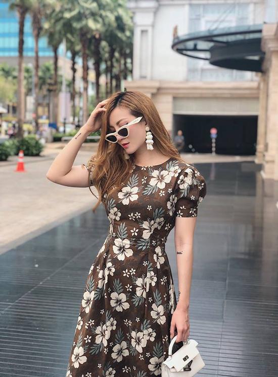 Những mẫu đầm thắt eo nhẹ nhàng vừa tôn nét gợi cảm vừa tạo cảm giác lãng mạn cũng được Yến Nhi chọn để mix đồ street style.